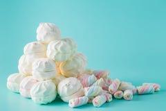 在蓝绿色背景的五颜六色的蛋白软糖小山 免版税库存照片