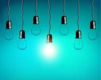 在蓝绿色背景的传染媒介电灯泡 现实样式灯 图库摄影