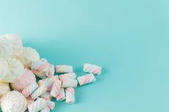 在蓝绿色背景的蛋白软糖小山 免版税库存图片