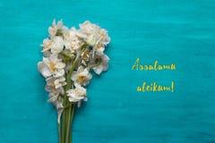 在蓝绿色背景的Daffadils花束 Assalamu aleikum 库存照片