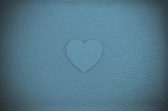 在蓝绿色葡萄酒皮革背景的心脏 图库摄影