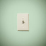 在蓝绿色水色小野鸭墙壁上的Lightswitch 免版税库存照片