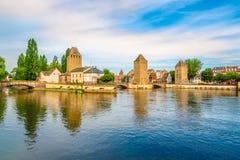 在蓬兹Couverts塔的看法从堰坝Vauban桥梁的在史特拉斯堡-法国 免版税库存图片