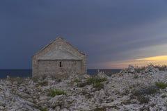 在蓬塔Planka的教堂St伊冯在Razanj克罗地亚 夏天晚上关闭的亚得里亚海美丽的老石房子在达尔马提亚 好 免版税库存照片