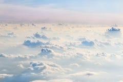 在蓬松卷曲云彩的晚上天空 从飞机的视图 美好的地平线背景 软绵绵地集中 免版税图库摄影