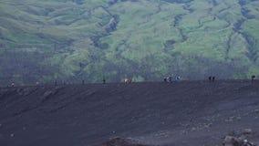在蓬松白色云彩的惊人的天线4k视图在巨型山脉风景的蓝天在Rinjani,印度尼西亚 股票录像