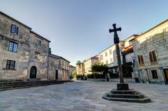 在蓬特韦德拉西班牙的历史的中心的正方形的一个石十字架 免版税库存图片