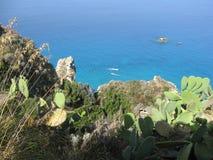 在蔚蓝色海上的岩石峭壁 免版税图库摄影