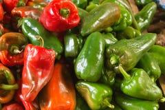 在蔬菜批发市场的红色和青椒 免版税库存图片