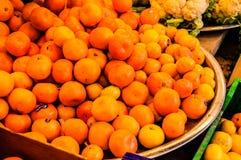 在蔬菜水果商店面的橘子 免版税库存照片