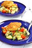 在蔬菜的油煎的鱼片 免版税库存图片