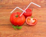 在蕃茄和西红柿汁的吸管 免版税库存图片