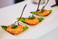 在薄片熏制鲑鱼包裹的嫩煎的芦笋开胃菜板材 免版税图库摄影