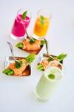 在薄片熏制鲑鱼包裹的嫩煎的芦笋开胃菜板材 库存图片