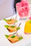 在薄片熏制鲑鱼包裹的嫩煎的芦笋开胃菜板材 图库摄影