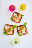 在薄片熏制鲑鱼包裹的嫩煎的芦笋开胃菜板材 免版税库存图片