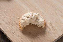 在薄脆饼干传播的金枪鱼 库存照片