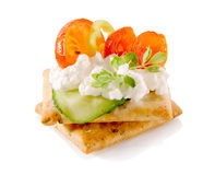 在薄脆饼干的开胃菜用乳脂干酪和被隔绝的菜特写镜头 图库摄影