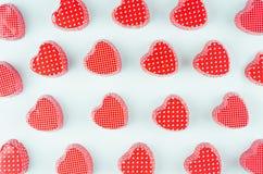 在薄荷的淡色纸背景的明亮的红色心脏 华伦泰` s天青年设计观念艺术 免版税库存照片
