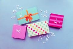 在薄荷的背景的假日giftboxes母亲`的s da 图库摄影