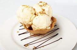 在薄酥饼篮子的香草冰淇淋 免版税库存照片