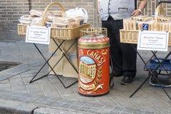 在薄酥饼街道上的摊位  免版税库存图片