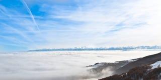 在薄雾之上的山 库存照片