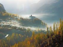 在薄雾和金黄秋天Hunza谷, Karimabad,巴基斯坦的Altit堡垒 库存图片