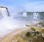 在薄雾弯曲的壮观的彩虹 免版税库存图片