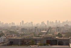 在薄雾或烟雾的都市风景都市地平线 宽和高看法 免版税库存照片