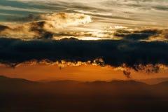 在薄雾的太阳上升中央谷地 库存图片