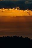 在薄雾的太阳上升中央谷地 免版税图库摄影
