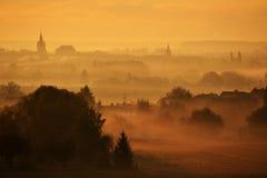 在薄雾的尖顶 免版税图库摄影