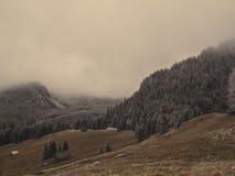 在薄雾的山风景 免版税库存图片
