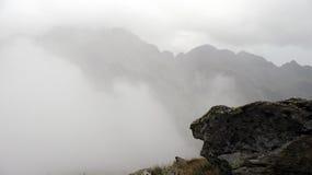 在薄雾的山 库存照片