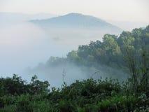 在薄雾的山 库存图片