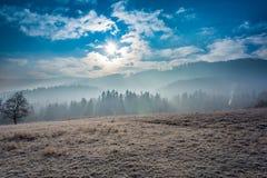 在薄雾的山 免版税库存照片