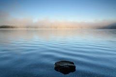 在薄雾的岩石 库存照片