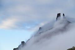 在薄雾的峭壁 免版税库存图片