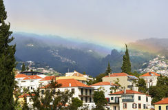 在薄雾的彩虹在丰沙尔,马德拉岛,葡萄牙 免版税库存照片