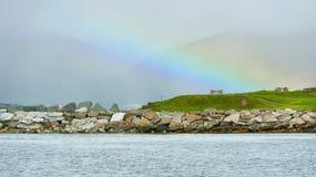 在薄雾的彩虹在海的山 免版税库存照片