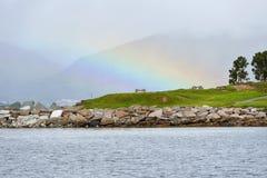 在薄雾的彩虹在海的山 免版税图库摄影