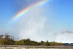 在薄雾的彩虹 免版税库存照片