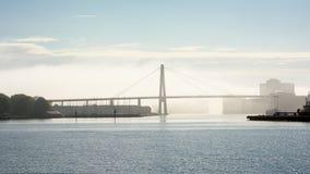 在薄雾的斯塔万格桥梁 库存图片