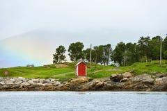 在薄雾的明亮的彩虹在Folkeparken 免版税库存照片