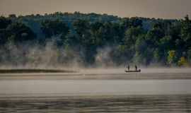 在薄雾的清早渔 免版税图库摄影