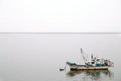 在薄雾的渔船 免版税库存图片