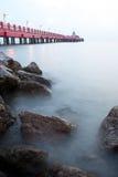 在薄雾的红色桥梁, Ao Prachuap,班武里府,泰国 桥梁的名字是Saranvithi 免版税库存图片