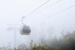 在薄雾的缆车 免版税库存照片