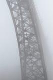 在薄雾的老钢桥梁 免版税图库摄影
